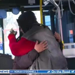 シークレットサンタ、バス運転手をエルフにして人々にサプライズを決行(アメリカ)