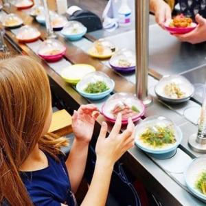 海外の回転寿司店で、素手で寿司を触るまくる女児の姿が投稿され両親に非難の声
