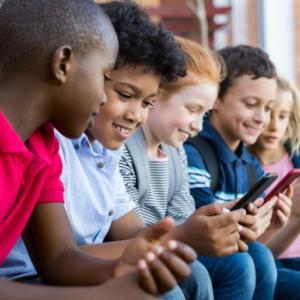 スマホばかり見ていても、子供の対人スキルにはほとんど影響がないことが判明(米研究)