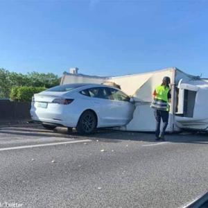 オートパイロット運転中のテスラ車、横転したトラックに突っ込むというアクシデント(台湾)