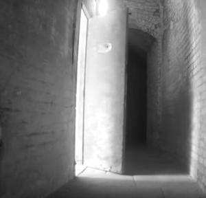 用務員の霊なのか?廃墟となった独房の重い扉がひとりでに閉まる怪現象(イギリス)