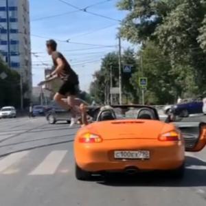 横断歩道に停止していたオープンカーに対し歩行者がとった行動は?(ウクライナ)