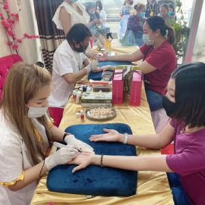 運勢を変えるため、手相を変えるタトゥーを入れるタイの人々