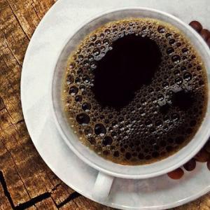 コーヒーの苦みを抑える簡単な方法。少し塩を入れるだけ【ライフハック】
