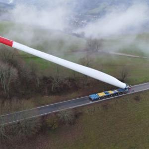 積載オーバーぱねぇ!67メートルの風力タービンブレードを輸送するトラックが目撃される