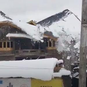 大雪で家の屋根が崩壊する瞬間をとらえた映像(インド)