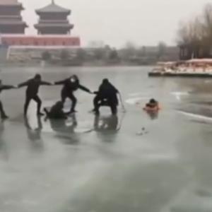 凍った池に落ちた母と2人の子を救うため、大勢の人が集まり「人間の鎖」を築く。全員無事救助される