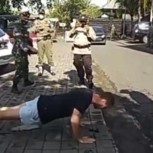 バリ島ではマスク着用義務を違反した観光客が、腕立て伏せの刑を科せられる(インドネシア)