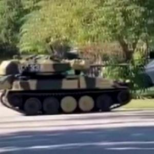 住宅街に突如戦車が現れ住民困惑。いったい何が起きているのか?