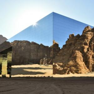 まるで蜃気楼!サウジアラビアの砂漠に巨大な全面鏡張りのコンサートホールを建設、ギネス記録に認定