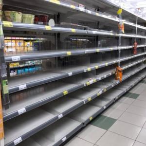 外出控えに備えてスーパーは売切れ続出 @ 内湖超市
