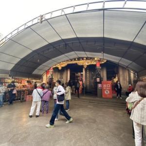 廟を見ながら炒米粉 @ 新竹城隍廟前廣場