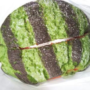 【7月の新商品】デイリーヤマザキ すいか風パン(ホイップクリーム入り)赤
