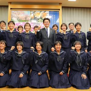 鯖江高校女子陸上部駅伝チームの皆さんが優勝報告に来てくれました。