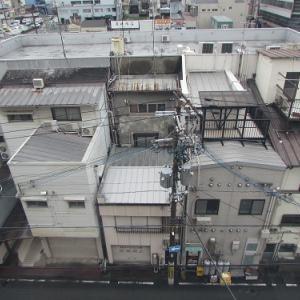 和歌山市内のホテルより、向かい側の建物の屋上を望む。 【2019年04月 和歌山県和歌山市】
