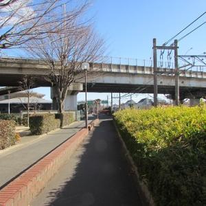 煉瓦工場への引き込み線の廃線跡。現役の線路と並行してこ線橋を潜る。 【2017年12月 埼玉県深谷市】