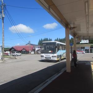 鷹ノ巣駅前のバス停にて。希少な?空港連絡バスが到着。 【2019年07月 秋田県北秋田市】