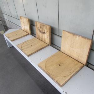 佐久平駅の新幹線ホームで、部分的?に木製のベンチ。 【2020年02月 長野県佐久市】