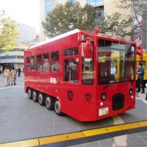 今や池袋の顔?真っ赤な車体のイケバス。 【2019年11月 東京都豊島区】