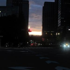 ビルの谷間に沈む、曇天の先の夕焼け。 【2020年07月 東京都中央区】