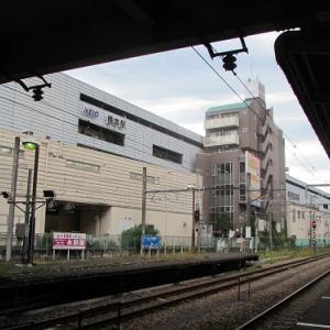 JR・京王「橋本」駅。高架の駅舎と地上の駅舎の間に挟まれた?謎の建物。 【2020年09月 神奈川県相模原市】