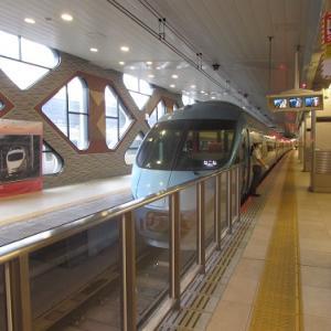 新宿駅で出発を待つ、箱根湯本行きのロマンスカー。 【2020年09月 東京都新宿区】