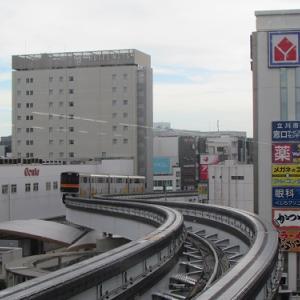 S字カーブを描きながら、JR立川駅の上空を跨ぐ多摩都市モノレール。 【2020年09月 東京都立川市】