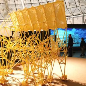 風で動くビーストを体感「テオ・ヤンセン展」