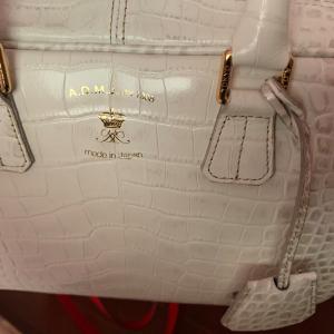 大切な白いバッグもコーティングで傷、汚れから守ります。