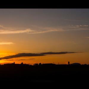 夕焼けに一筋の雲