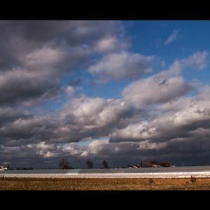 流れ行く雲と温室