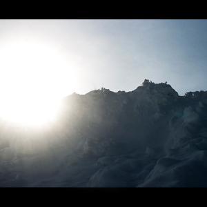 除雪した雪山に陽が昇る