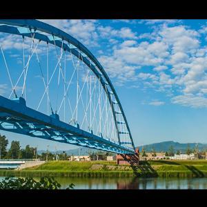 アーチ橋と手稲山と雲と