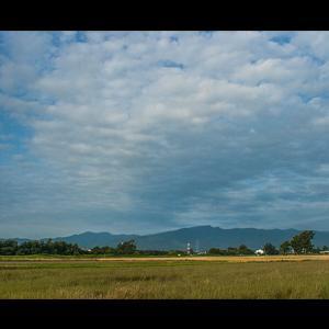 2層に雲が湧き出る手稲山を望む田園風景