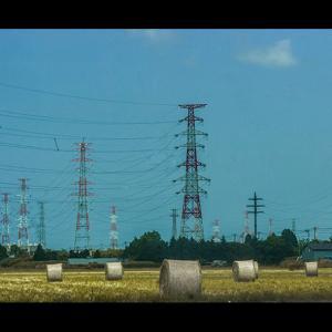 高圧線の鉄塔とグラスロール