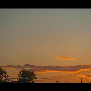 夕焼け時に一筋の雲