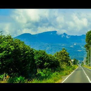手稲山が正面に見える道