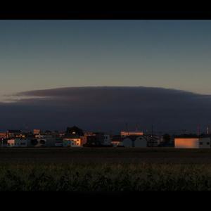 覆い被さる夕雲