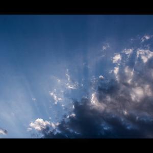 雲間から射し込む陽
