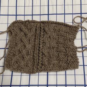 【棒針編み講師科】アラン模様とガーダー模様では、編み地の伸びが違うことを発見!