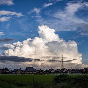 外側から見る土砂降りの雲