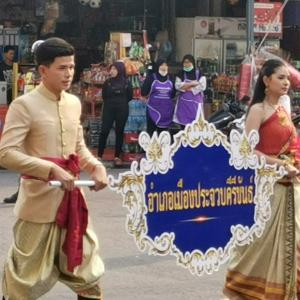 タイの 田舎の記念パレードはのどかです。