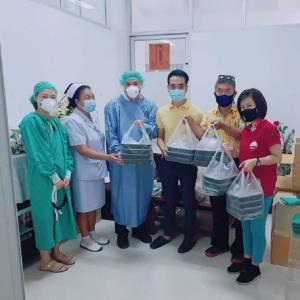 頑張る病院スタッフに日本食を差し入れ