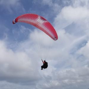 パラグライダーで再び大空に舞い上がる