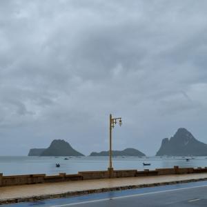 海辺の町も雨期の只なか
