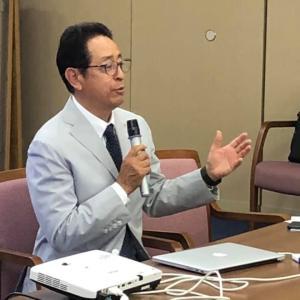 愛大不動産会を38名が参加して開催し.タートルの亀山正喜社長.64歳の講演です