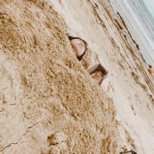 やってみたかったんだ。砂に埋没。