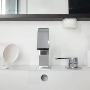「マーナの吸盤洗面スポンジ」で掃除がラクに!水垢も汚れも簡単に落とすのにおしゃれな見た目も◎