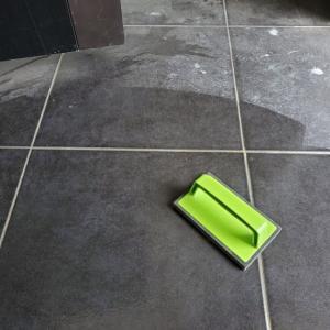 玄関タイルを水だけで掃除!「アズマブラシ」を使ってみた感想【レビュー】