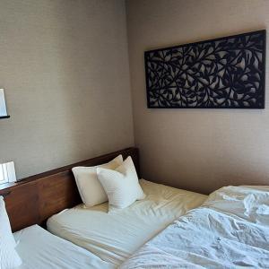 大きなアートパネルを寝室に取り付け。壁掛け方法と使ったフックを紹介